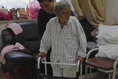 """战胜""""人生最后一次骨折""""!101岁老人重新站起,幸好她遇到……"""