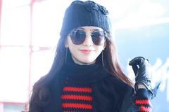 林志玲真会穿,红黑条纹裙搭配针织帽,气质出众