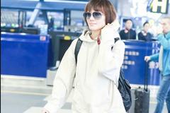 袁泉身穿米色连帽卫衣现身机场 打扮简约时尚十分接地气