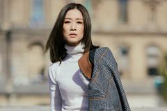 佘诗曼穿毛衣配半身裙优雅又高级,搭配格子大衣好时尚,气质惊艳