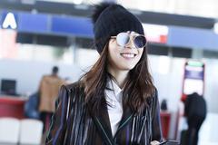 张静初机场街拍,带毛球帽可爱甜笑,越活越少女