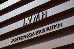蕾哈娜攀上高枝了!联手时尚大佬LVMH,跨界办奢侈品时装屋