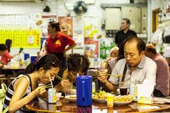 """香港""""另一种""""普通生活,一家几口蜗居,网友:被电影骗了!"""