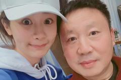 杨紫为爸爸庆生调皮自夸 晒儿时表情包搞怪可爱