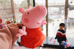 """春节欢聚新玩法:必胜客独家限量佩奇包成潮童时尚 """"标配"""""""