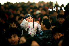 女子怀里抱着儿子,后面背着女儿站了一路,图3让网友泪目!