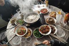 实拍湖北荆门年夜饭,鱼糕必不可少,摆满一桌子