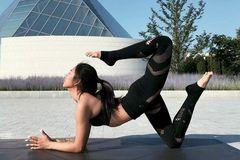 过年别拘束,配合瑜伽保持身材,肌肤还能水灵灵