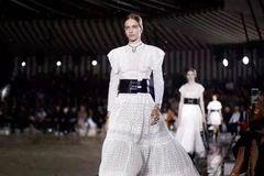 Chanel将于上海举办展览;杨颖微博粉丝破亿;Gucci击败Off-White成为最受欢迎的奢侈品牌
