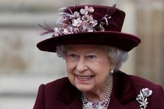 92岁的英国女王爱看时装秀,偷瞄的小眼神非常的调皮可爱