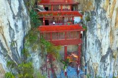 """贵州有座最""""怪""""的寺庙,建在悬崖夹缝中,不仔细看难以发现"""
