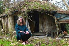 英国女博士隐居深山,独自一人住茅屋20年,网友:我想过这样生活