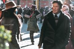 拉萨街头遇残疾朝圣者,他单靠一只腿,在人群中一路磕长头