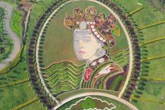 云南太平湖畔,躺着一位彝族姑娘,是美国人用花与草画出来的