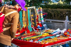 拉萨街头的地摊货,藏族人的蜜蜡天珠绿松石再无法吸引游客
