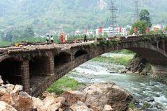 四川有座古桥,天降250吨巨石,完好无损,50公斤炸药,纹丝不动