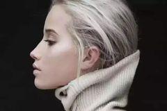 大冷天还凹什么发型?头发塞高领毛衣里才够潮!
