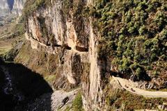 贵州大山里一条挂壁公路,挂在绝壁上比郭亮村的险,常有石头掉落