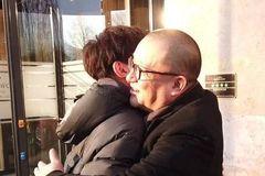 柏林电影节场外王源和王小帅之间的称呼很搞笑,相处方式更是友爱