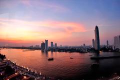 这个曼谷夜市和商场融合一体,由曾经的国际贸易码头转变而来