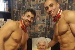 英国老奶奶100岁生日,拉来了两个半裸猛男一起愉快度过了...