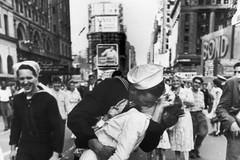 一张载入史册的街头亲吻照,男主女主纷纷离世,但历史记住了这一刻...