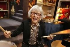 107岁的她打起鼓,时间回到了自己的少女时代...