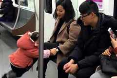 妈妈为了哄女儿,在地铁上和女儿玩起了游戏,网友:童年回忆啊