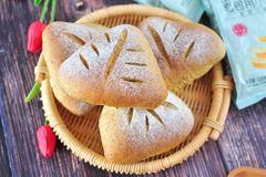 新手做面包为何总失败?这几点千万别多做,不然面包吃起来干又硬