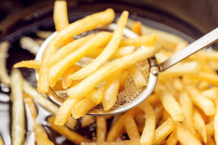 炸薯条时,土豆焯水后别直接下锅炸,多加1步,吃起来更香脆好吃!