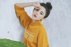古力娜扎又换造型,穿长款毛衣尽显优雅气质,扎丸子头美腻了