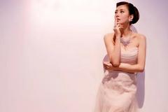45岁贾静雯美得像少女,穿抹胸连衣裙气质炸裂,衣品好真显嫩!