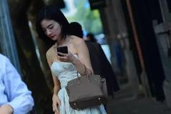 女生搭配高跟鞋出街,展示出不一样的风情