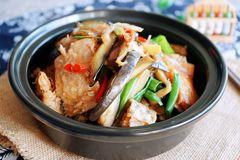 周末来份焖锅煲,下饭又多汁,鱼块和这种菜搭配,营养和美味兼顾