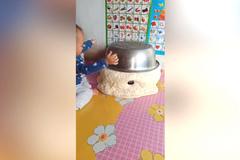 妈妈在炕上发面,变成了这样,把宝宝急坏了,网友:还怎么吃?