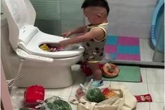 妈妈去厨房做饭发现菜没了,推开厕所的门,这画面让妈妈差点气哭