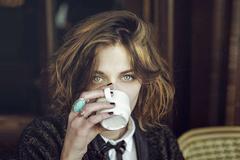 我们在喝奶茶的时候,苗条的法国小姐姐在喝什么