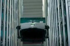 能爬货架的机器人,每小时分拣400个包裹