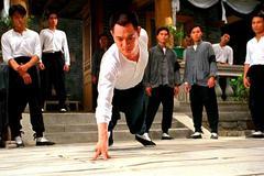 李连杰31岁还能单手三指俯卧撑,这部电影票房惨败却是功夫教科书