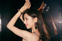 佟丽娅换发型,穿吊带裙秀蝴蝶背,这是仙女下凡了吗?