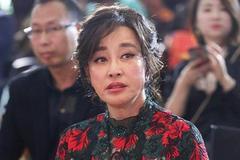 63岁刘晓庆真耀眼!穿着印花裙佩戴碧玉,打扮成贵妇级别的教科书
