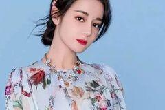 迪丽热巴穿上印花裙美的像花仙子