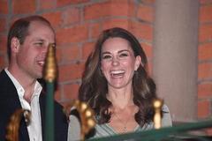 """凯特王妃在足球场上驰聘,随后穿金银纱裙去派对,瘦成""""纸片人"""""""