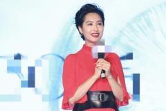 48岁朱茵红裙造型好惊艳,优雅风采不减当年,短发反而更有女人味