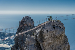 世界上最危险的桥:吊在悬崖中间,没有安全防护栏,仅用木板铺设