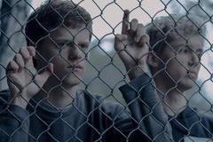 《被抹去的男孩》:非典型青春影片的反思担当