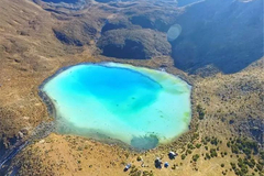 四川有一个湖,位于4550米的山坳中,贡嘎雪山在湖面形成迷人倒影