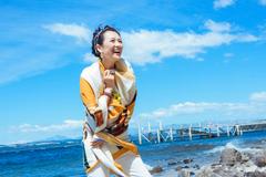 章子怡的游客照堪称阿姨辈的典范!戴花丝巾照样高级,气质是真好