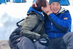 刘畊宏妻子晒北极蜜月照 主动献吻超甜蜜