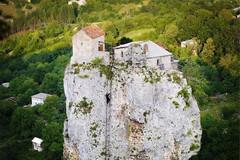 几十米高石柱上建小屋,老人在此隐居多年,爬上爬下要花一小时